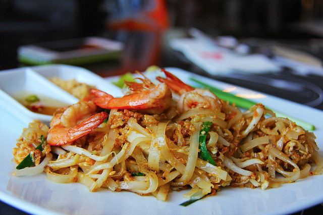How to make fried rice-stick noodles with shrimp (Pad Thai) at home