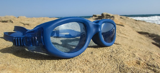 How to buy swimming goggles?